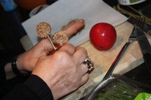 Présentez piqué sur une pomme.