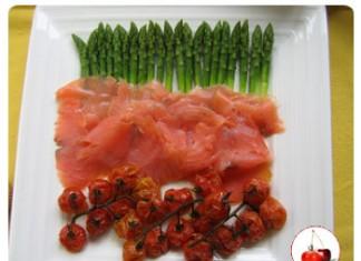 Asperges vertes au saumon et tomates confites