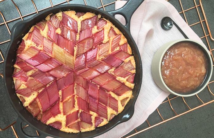 Cake nature décoré à la rhubarbe