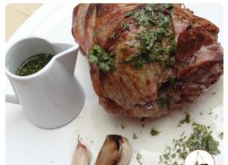 Gigot d'agneau avec la célèbrissime sauce à la menthe