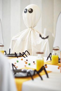 une chaise fant me r alis avec un drap blanc diy halloween. Black Bedroom Furniture Sets. Home Design Ideas