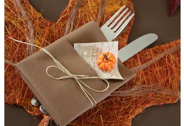 Cette décoration de table Feuilles d\u0027automne aux couleurs de l\u0027été indien,  orangé, rouge, brun et vert, convient aussi bien pour une ambiance retour de