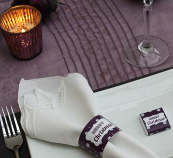 Une décoration de table de noël étoile mauve