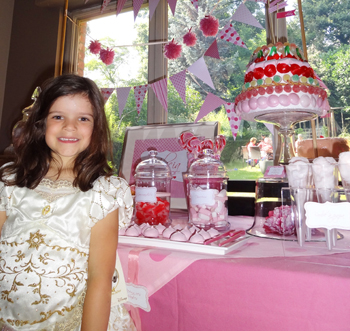 Un super gâteau de bonbons réaliser sur une structure en polystyrène.