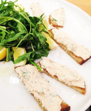 Rillettes de thon au mascarpone ail-citron-persil sur pain au levain et salade de jeunes pousses