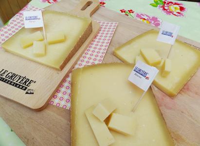 Un exercice sympa à faire en famille. Faites deviner quel type de fromage on est en train de déguster. Un Gruyère Réserve ou d'Alpage ou Classic... Les paris sont lancés !