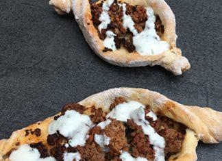 Pizzette à la viande de boeuf sauce au yaourt