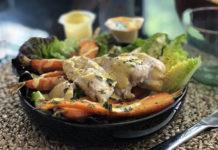 Salade repas au poulet et carottes grillés