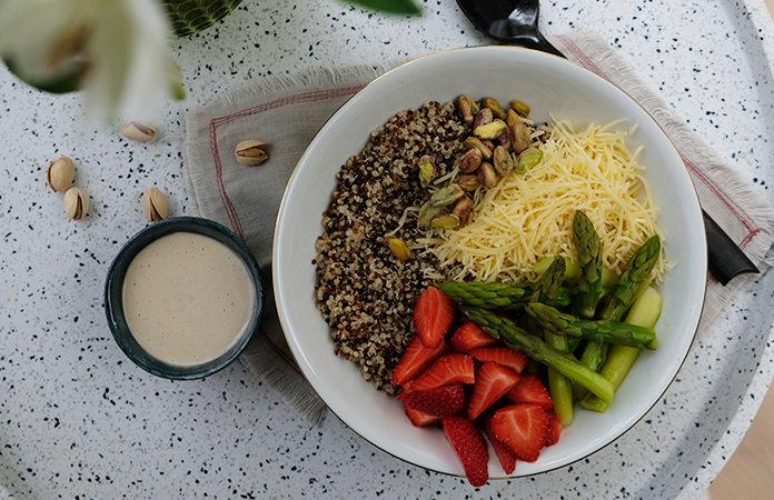 Salade de quinoa, fraises et asperges