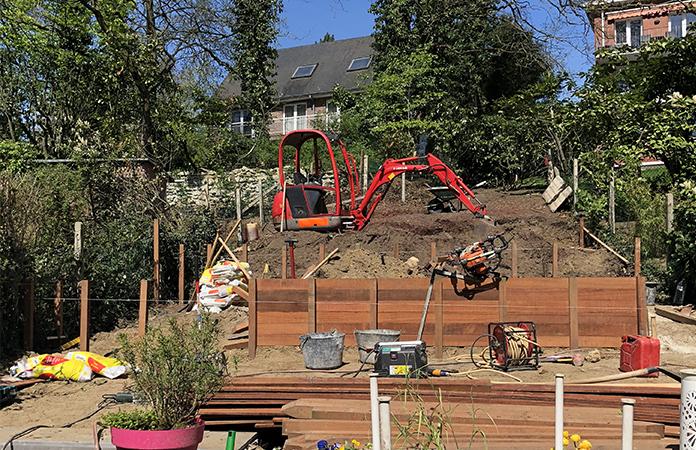 Aménager un jardin de ville en pente